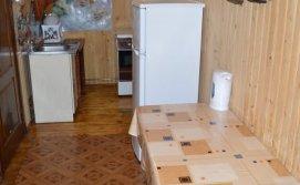 Коридор суміщений з кухнею в окремому будинку з сауною