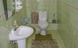 Роздільний туалет на першому поверсі Котеджу Берегиня