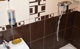Спільний санвузол (2 туалети,1 душ) на 3 кімнати