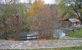 Ставок для купання після сауни на території маєтку Смерековий