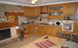 Кухня в будинку з господарями