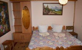 Тримісна кімната на першому поверсі будинку