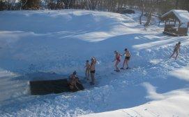 Приватна садиба Карпатський острівець - ставок на території взимку, купання після бані